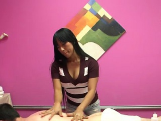 Hottest masseuse ever takes joy in fretting a client